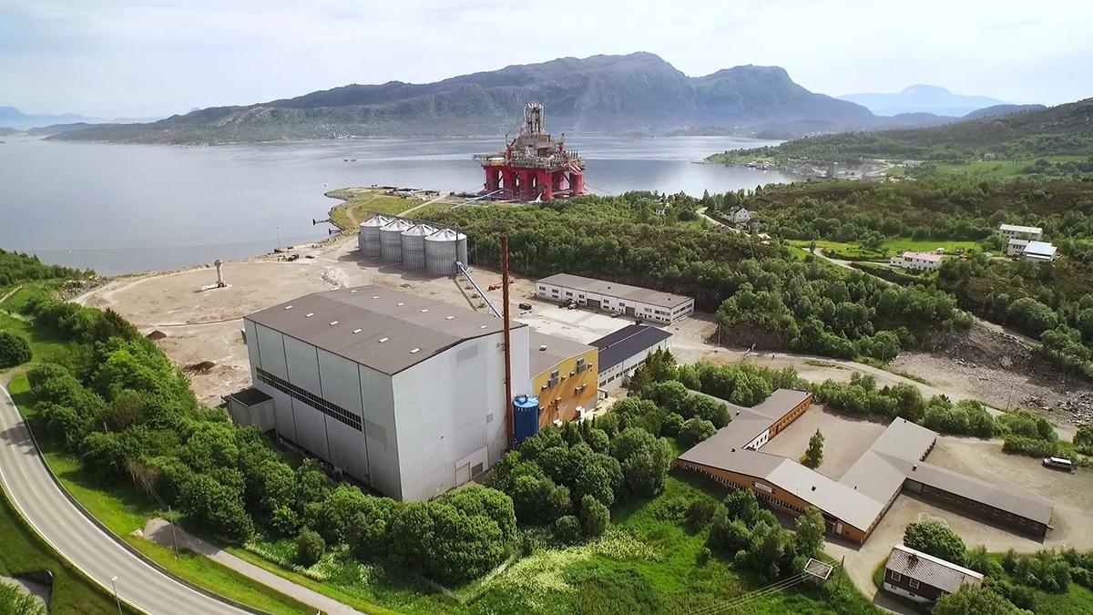 Industriparken fra landsiden. Parken inkluderer bygg, kaier og serveringslokale